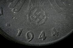 铸造第三帝国大德意志帝国的细节金钱 背景纹理腐蚀了老纳粹十芬尼金属  概略的成颗粒状的表面 库存照片