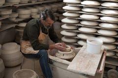 铸造黏土的男性陶瓷工 图库摄影