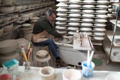 铸造黏土的男性陶瓷工 库存图片