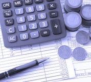 铸造,计算器,在工商业票据的一支笔 免版税库存图片