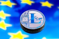 铸造litecoin,以欧洲和欧洲旗子为背景,真正金钱,特写镜头的概念 背景黑色概念概念性费用房主房子图象挣的货币表示 免版税库存照片