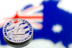 铸造litecoin,以澳大利亚和澳大利亚旗子为背景,真正金钱,特写镜头的概念 背景黑色概念概念性费用房主房子图象挣的货币表示 免版税库存图片