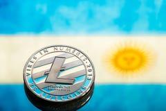 铸造litecoin,以阿根廷旗子为背景, concep 免版税库存照片