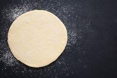 铺开的薄饼面团 免版税库存照片