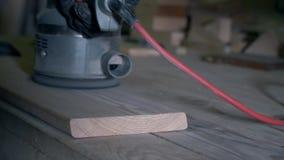铺沙一个木板特写镜头  匠的手研使木板光滑使表面光滑 股票视频