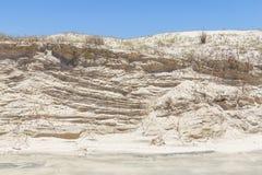 铺沙与蓝天的风完成的结构在背景中 库存图片