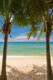铺沙与pams和独木舟的海滩在Phu Quoc 图库摄影