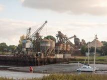 铺沙产业材料猎物横跨河的船坞工厂 免版税库存图片