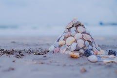 铺沙在沙滩的城堡与装饰的壳墙壁 库存照片