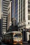 铺沙弗朗西斯科,加利福尼亚,美国-大约2016年-高现代建筑学摩天大楼大厦和乘客街道汽车 免版税图库摄影