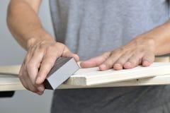铺沙有一个铺沙的块的年轻人一个木板 免版税图库摄影