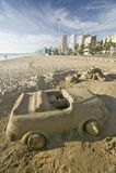 铺沙汽车城堡有杯座的在与德班地平线在背景中,南非的海滩 图库摄影