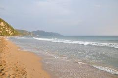 铺沙海滩在日落-科孚岛,爱奥尼亚人海岛,希腊海岛,地中海,希腊,欧洲 免版税库存照片