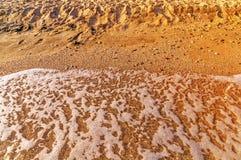 铺沙海滩并且在希腊,与灼烧的太阳的Thassos挥动 图库摄影