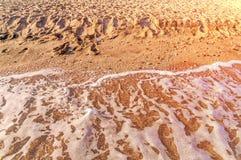 铺沙海滩并且在希腊,与灼烧的太阳的Thassos挥动 免版税库存图片