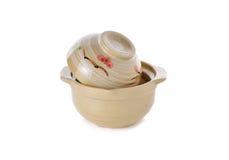 铺沙罐陶瓷与烹调的盒盖在白色 免版税库存图片