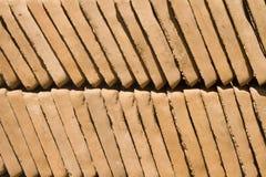 铺瓦片的黏土庭院 免版税库存照片