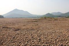 铺石渣河床的床与山的 免版税库存图片