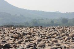 铺石渣河床的床与山的 库存图片
