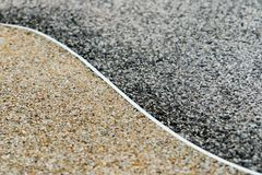 铺石渣表面纹理背景、两个区别颜色、黑暗和金子,尹杨概念 库存图片