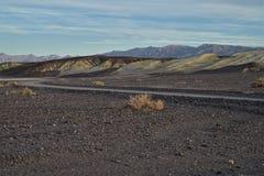 铺石渣路莫哈维沙漠,死亡谷,加利福尼亚美国 免版税库存照片