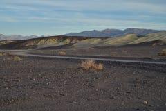 铺石渣路莫哈维沙漠,死亡谷,加利福尼亚美国 免版税库存图片