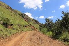 铺石渣4x4带领通过美好的风景,萨尼通行证,夸祖鲁纳塔尔南非非洲旅行假日自然的路 库存照片