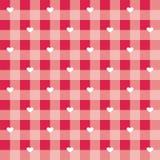铺磁砖与白色心脏的传染媒介样式在红色和桃红色方格的背景 库存照片