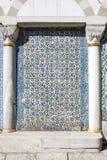 铺磁砖在Topkapi宫殿,伊斯坦布尔闺房的墙壁  免版税库存照片