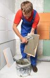 铺磁砖工在家整修工作 免版税图库摄影