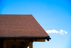 铺磁砖用于房子的屋顶的建筑材料 蓝天 从雨和风的覆盖面 品种  库存图片