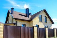 铺磁砖用于房子的屋顶的建筑材料 蓝天 从雨和风的覆盖面 屋顶品种  的treadled 免版税库存照片