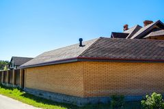 铺磁砖用于房子的屋顶的建筑材料 蓝天 从雨和风的覆盖面 屋顶品种  的treadled 免版税库存图片