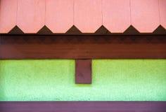 铺磁砖用于房子的屋顶的建筑材料 蓝天 从雨和风的覆盖面 屋顶品种  的treadled 免版税图库摄影