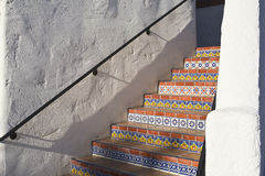 铺磁砖的五颜六色的楼梯 免版税图库摄影