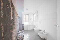 铺磁砖的卫生间整修-在恢复前后 免版税库存图片
