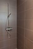 铺磁砖的卫生间阵雨 免版税库存照片