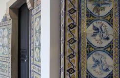 铺磁砖的墙壁在白天 免版税库存照片