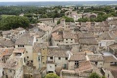 铺磁砖的屋顶在一个镇在南法国 库存图片