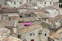 铺磁砖的屋顶在一个镇在南法国 图库摄影