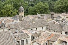 铺磁砖的屋顶在一个镇在南法国 库存照片