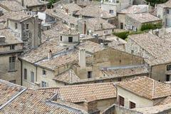 铺磁砖的屋顶在一个镇在南法国 免版税库存图片