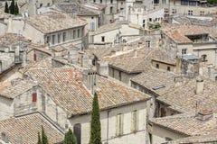 铺磁砖的屋顶在一个镇在南法国 免版税库存照片
