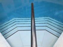 铺磁砖的游泳场,关闭步 免版税库存照片