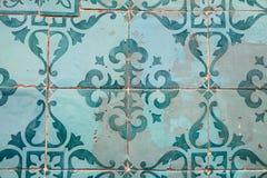 铺磁砖的老墙壁细节从大厦的在葡萄牙 库存图片