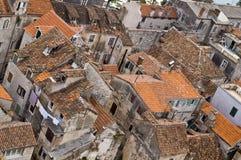 铺磁砖的老屋顶 免版税库存图片