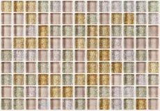 铺磁砖马赛克正方形装饰有闪烁金黄纹理背景 库存图片