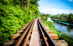 铺铁路在河kwai, kanchanaburi的木历史第二次世界大战, 库存照片