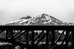 铺铁路有2座山的桥梁在背景中 库存照片