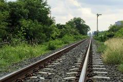 铺铁路,物质运输的轨道和产品 免版税库存图片